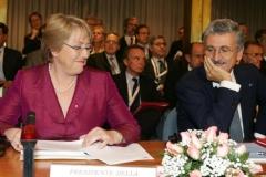 20071016 - ROMA - POL - ITALIA-AMLAT: BACHELET, DIALOGO PER CONSOLIDARE DEMOCRAZIA. Il ministro degli Esteri, Massimo D'Alema (D), con il presidente del Cile, Michelle Bachelet, durante la 'Conferenza nazionale Italia-America latina: insieme verso il futuro', oggi a Roma. ANSA/GIUSEPPE GIGLIA/DRN
