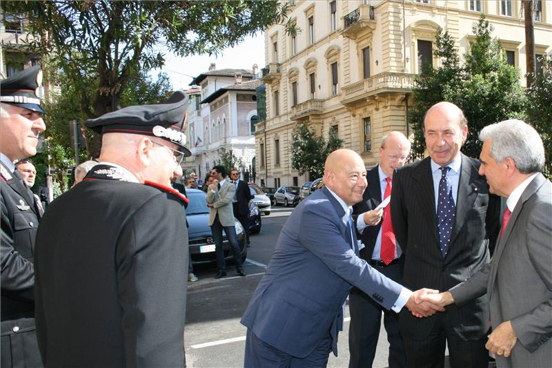 Il Presidente dellIILA saluta il Ministro della Salute_800x533